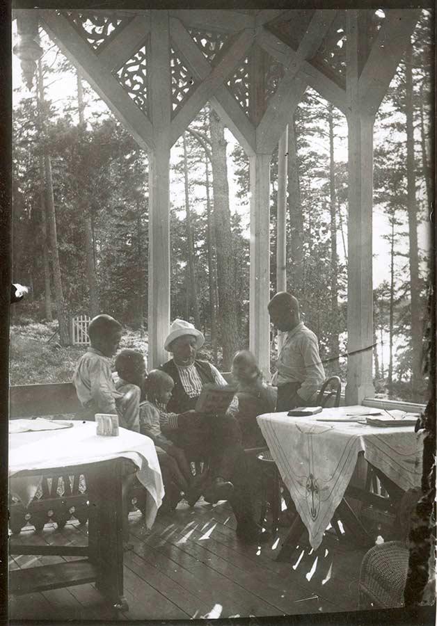 Nestor Aschan ja lapset Killingen verannalla 1920-luvulla / Kuva: Turun museokeskus