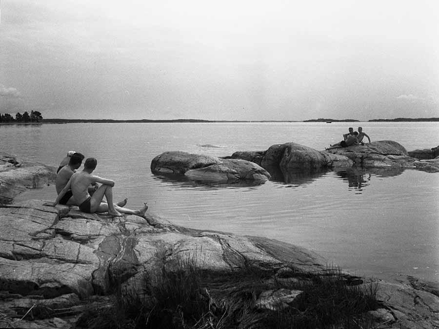 Uimareita Ruissalon rantakalliolla 1950-1960-luvulla / Kuva: Turun museokeskus/Hans Othman