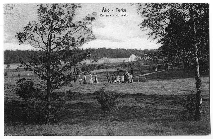 Ihmisiä kävelemässä Ruissalon rantatiellä 1900-luvun alussa / Kuva: Turun museokeskus